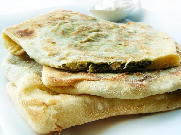 gozleme , tureckie specjaly , jedzenie tureckie , ciasto ze szpinakiem , gozleme z feta , szpinakowe danie , osytra na slodko , tania przekaska , turecka kuchnia