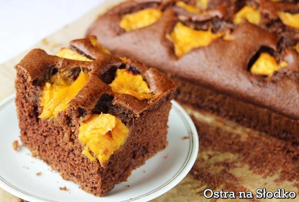 czekoladowe ciasto , czekoladowe z brzoskwiniami , czekoladowe ucierane , ciasto brzoskwiniowe , ciasto z owocami , ostra na slodko , pyszne ciasto , latwe ciasta xxx