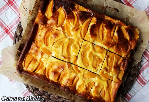 sernik brownie , sernik z brzoskwiniami , sernikobrownie , sernik na czekoladowym spodzie , ciasto serowe z owocami , brzoskwiniowiec , ostra na slodko , pyszne ciasto (3) xx