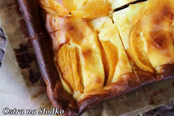 sernik brownie , sernik z brzoskwiniami , sernikobrownie , sernik na czekoladowym spodzie , ciasto serowe z owocami , brzoskwiniowiec , ostra na slodko , pyszne ciasto (5)xx