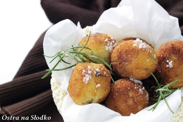 kulki ziemniaczane , ziemniaczane kuleczki , smazone ziemniaczki , co zamiast frytek , ostra na slodko , blog kulinarny , chrupiace ziemniaczki (2)x