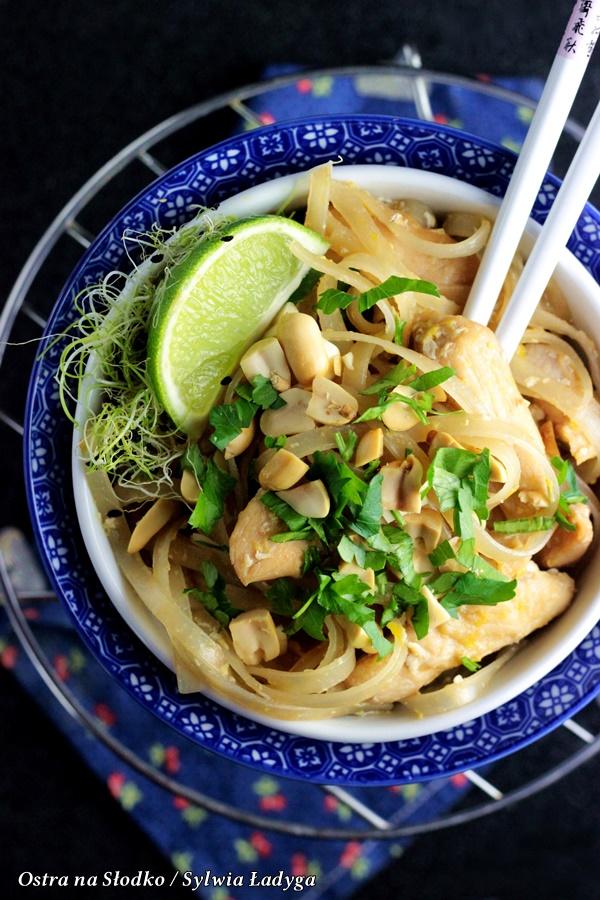 pad thai , pad thai chicken , pad thai z kurczakiem , makaron ryzowy , kuchnia tajska , kuchnia azjatycka, tajlandia przepisy , makaron z miesem , ostra na slodko , sylwia ladyga , blog kulinarny, tajskie przepisy , orientalne przepisy , blog z przepisami