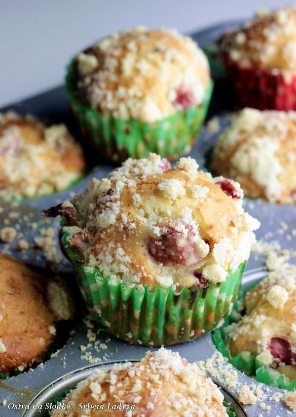 1-muffinki jogurtowe z rabarbarem , muffinki z kruszonka , szybkie proste muffinki , muffinki najlatwiejsze , ostra na slodko (1)xx