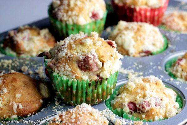 1-muffinki jogurtowe z rabarbarem , muffinki z kruszonka , szybkie proste muffinki , muffinki najlatwiejsze , ostra na slodko (2)xx