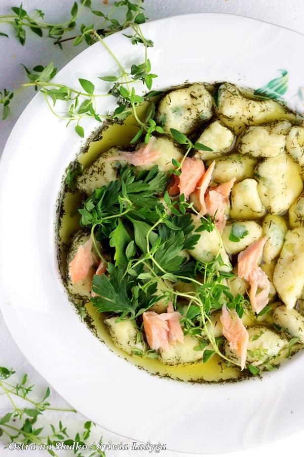 kopytka , wedzony losos , kopytka ziolowe , koperkowy bulion , jak zrobic pyszne kopytka , ostra na slodko , sylwia ladyga , blog kulinarny , sylwia masterchef , co na obiad , bulion